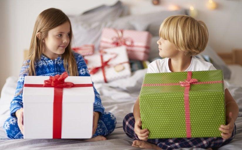 Bror og søster med gaver