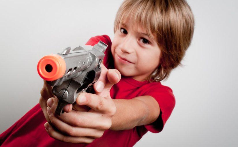 Dreng med legetøjspistol