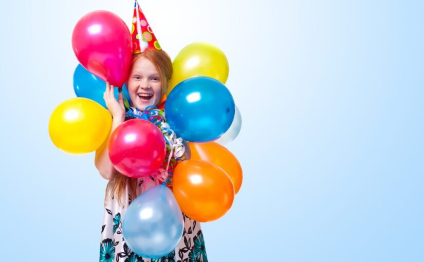 Pige med mange balloner